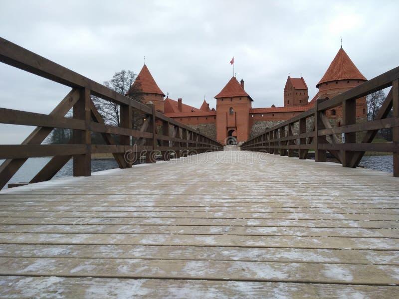 Bro till den Trakai öslotten royaltyfria foton