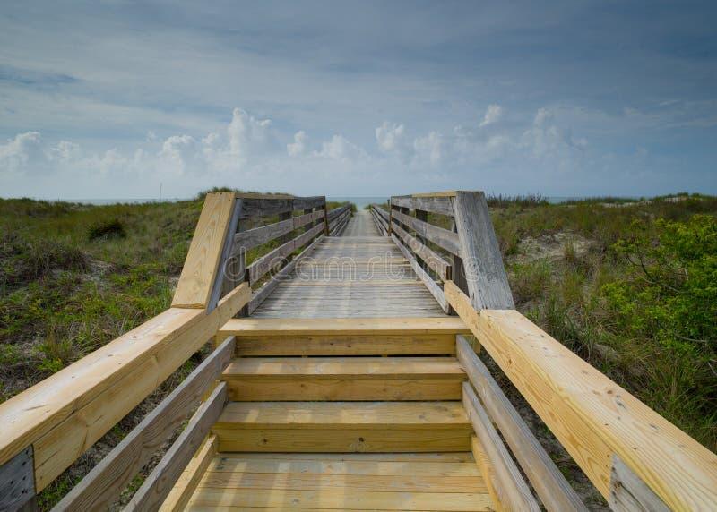 Bro till stranden arkivbild