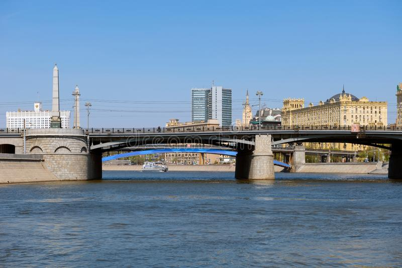 Bro ?ver den Moskva floden arkivbilder