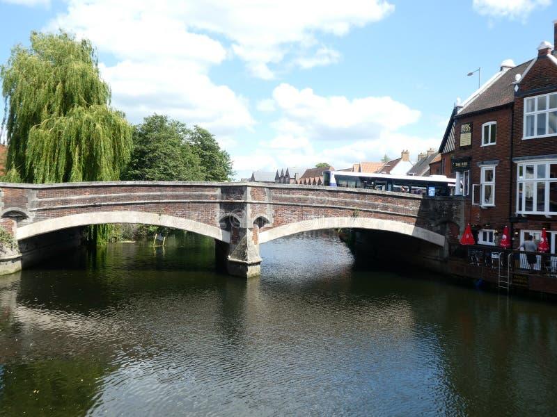Bro ?ver floden Wensum och den historiska baren, Norwich, Norfolk, UK fotografering för bildbyråer