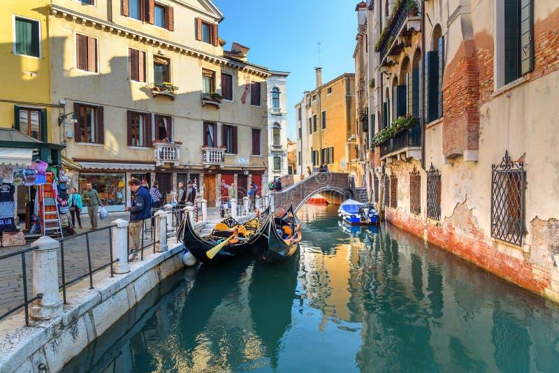 Bro ?ver kanalen Rio Della Maddalena i Venedig italy royaltyfria foton