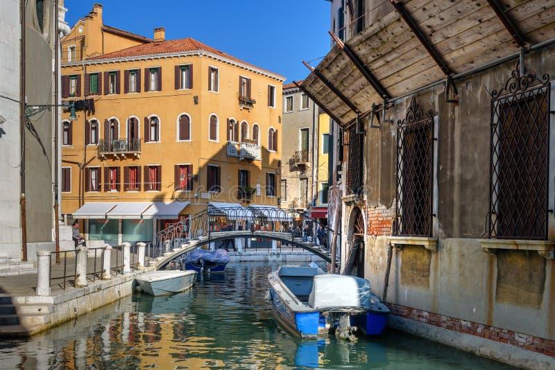 Bro ?ver kanalen Rio Della Maddalena i Venedig italy arkivbild