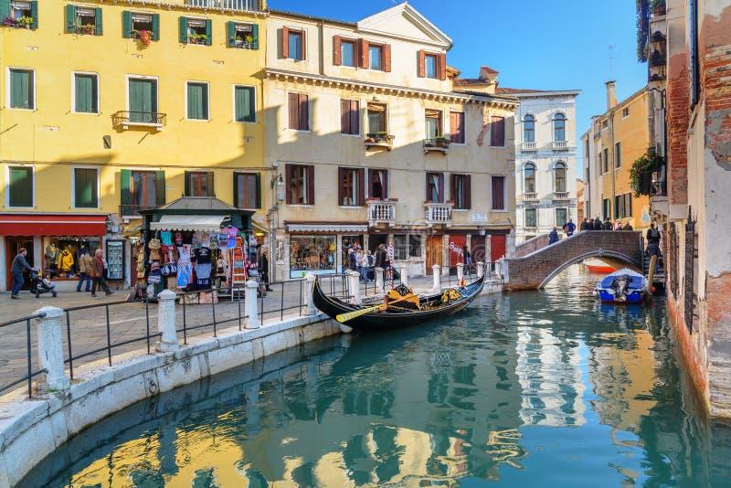 Bro ?ver kanalen Rio Della Maddalena i Venedig italy arkivbilder