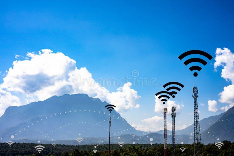 Broadcasting system post en communicatie hoge tower voor antennezendcentrum en draadloze signaaltechnologie op community stock foto