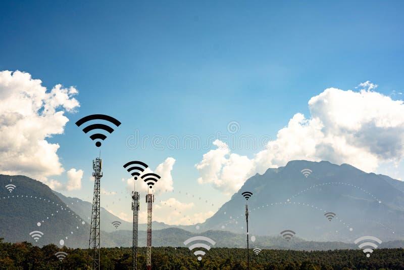 Broadcasting system post en communicatie hoge tower voor antennezendcentrum en draadloze signaaltechnologie op community stock fotografie