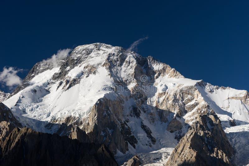 Broadpeak bergsikt från det Concordia lägret, K2 trek, Pakistan royaltyfria bilder