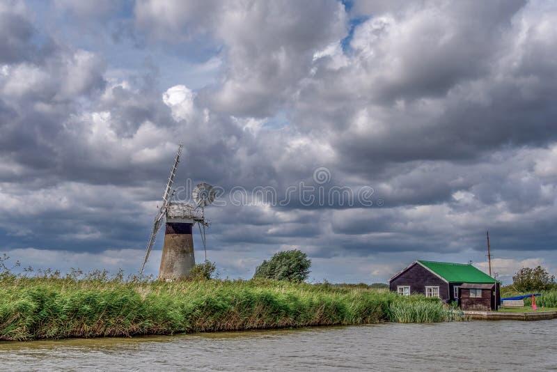 The Broads Riverside Cottage i St Benet Mill zdjęcie royalty free