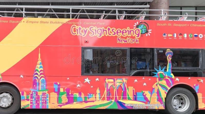 Broadway gataväg, stor buss, röd dubbel däckare fotografering för bildbyråer