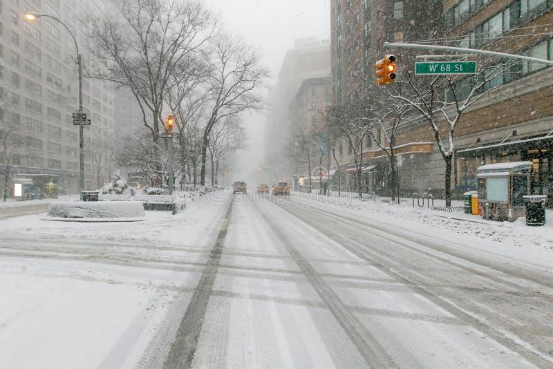 Broadway na 68th rua durante uma queda de neve pesada fotografia de stock royalty free