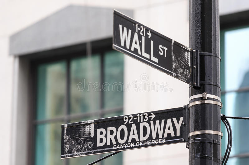 Broadway och Wall Street tecken, Manhattan, New York arkivfoton