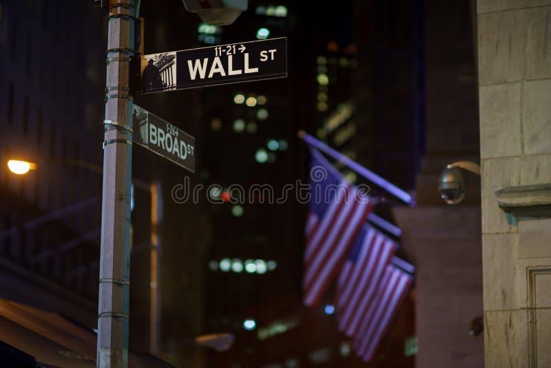 Broadway och Wall Street undertecknar på natten, Manhattan royaltyfri bild