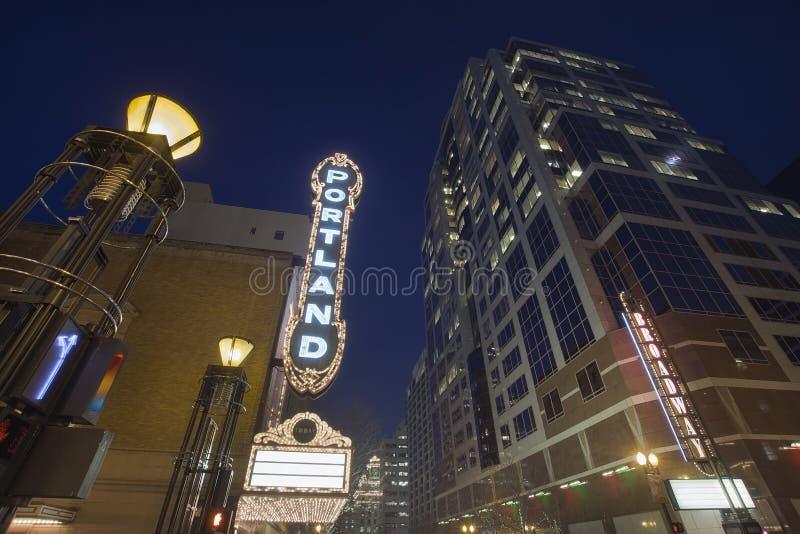 Broadway Portland Orégon à même l'heure bleue photos stock