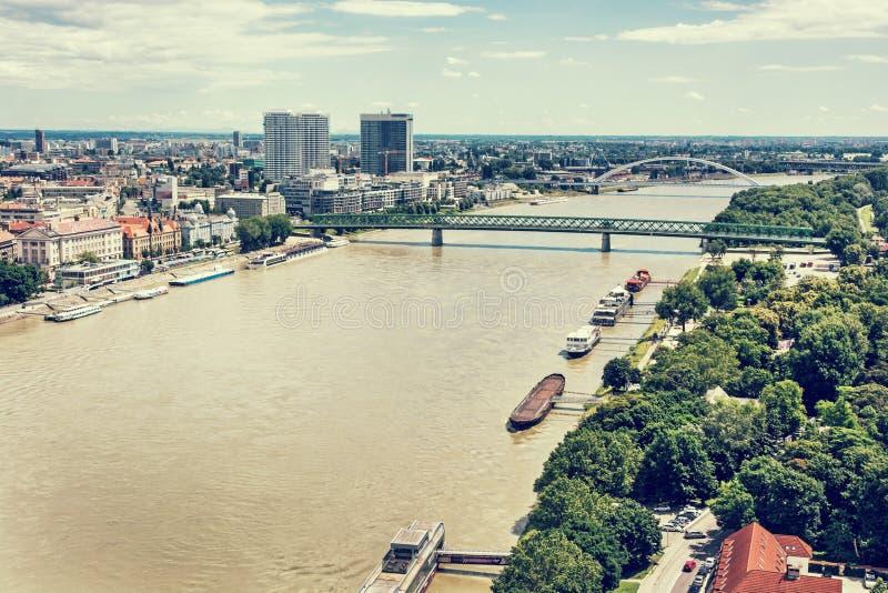Broar över Danubet River i den Bratislava staden, Slovakien, retr royaltyfria bilder