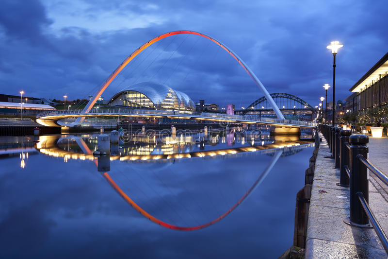 Broar över Riveret Tyne i Newcastle, England på natten royaltyfri foto