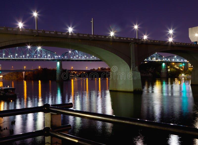Broar på natten royaltyfri bild