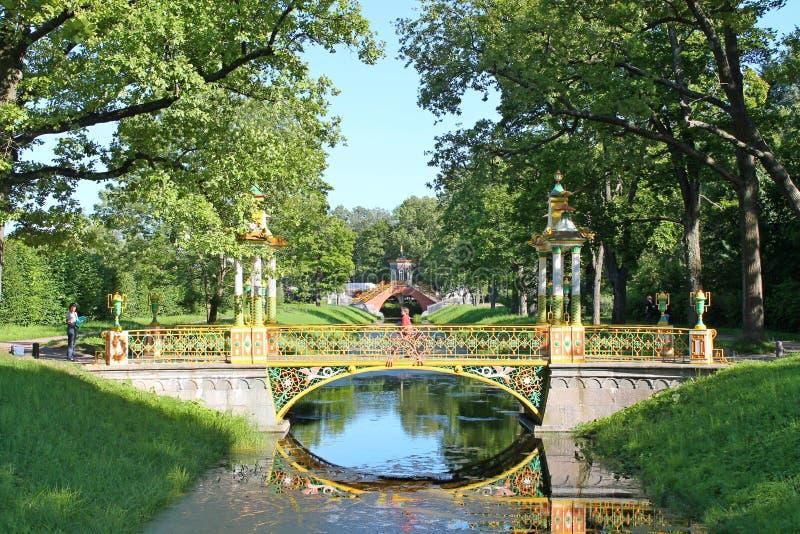 Broar till och med förbikopplingskanalen Alexandrovsky parkerar Pushkin stad royaltyfri foto