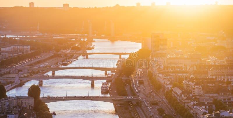 Broarna av Rouen på solnedgången i panelljus arkivbilder