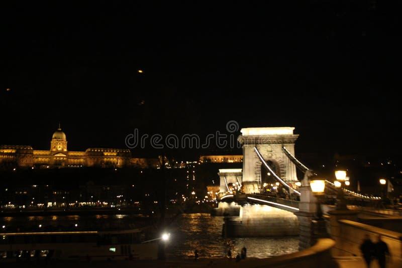 brobudapest natt arkivbilder