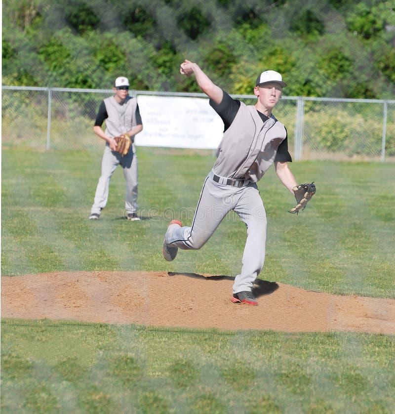 Broc de base-ball jetant la boule. photo stock