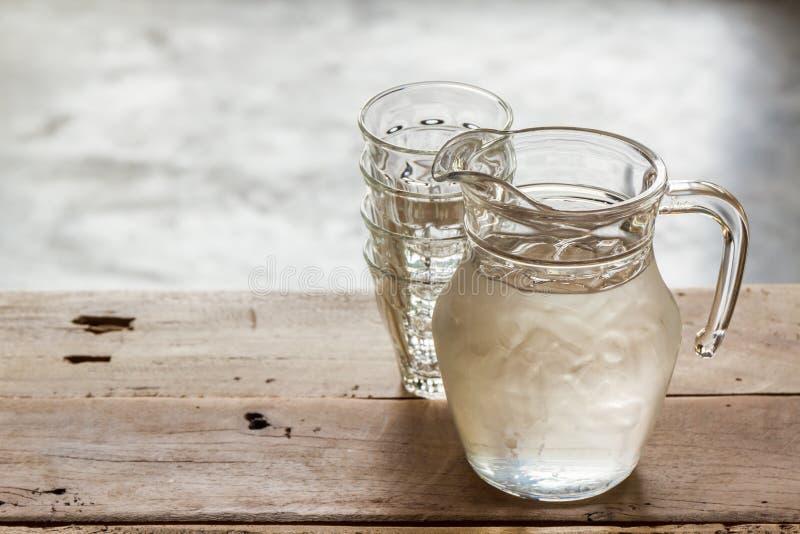 Broc en verre de l'eau et de verre photographie stock libre de droits
