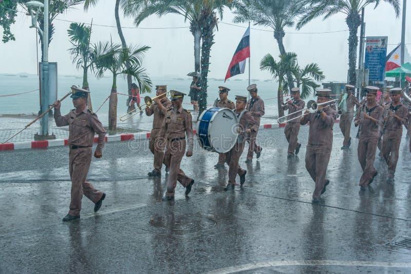 Broca de marcha da parada da marinha durante chover na frota internacional foto de stock