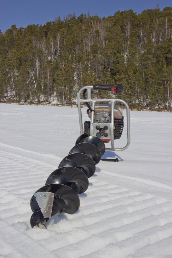 Broca do motor para pescar na neve imagens de stock