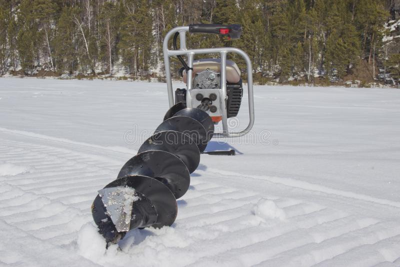 Broca do motor para pescar na neve fotos de stock royalty free