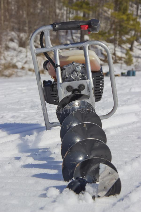 Broca do motor para pescar na neve fotos de stock