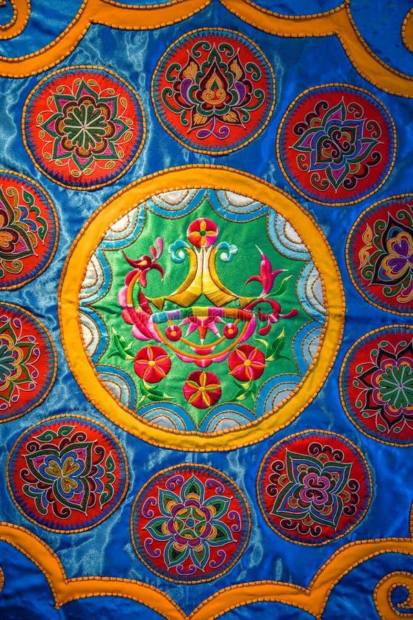Brocado de Zhuang, tela chinesa com testes padrões de flor imagens de stock royalty free