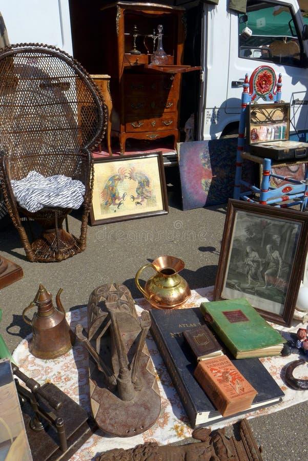 Brocante ou mercado antigo do fim de semana, França imagem de stock