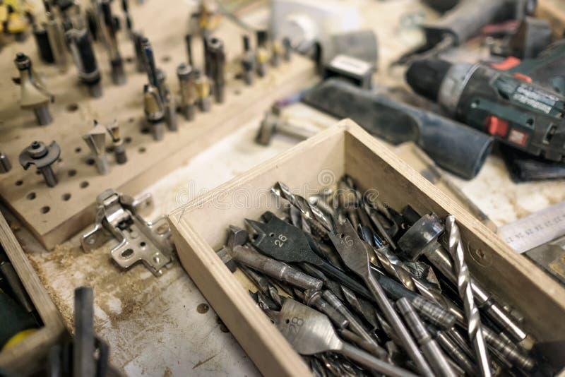 Brocas diferentes na oficina do marceneiro ou do carpinteiro fotos de stock royalty free