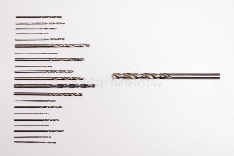 Brocas para furar de tamanhos diferentes e do comprimento diferente isoladas no fundo branco fotografia de stock royalty free