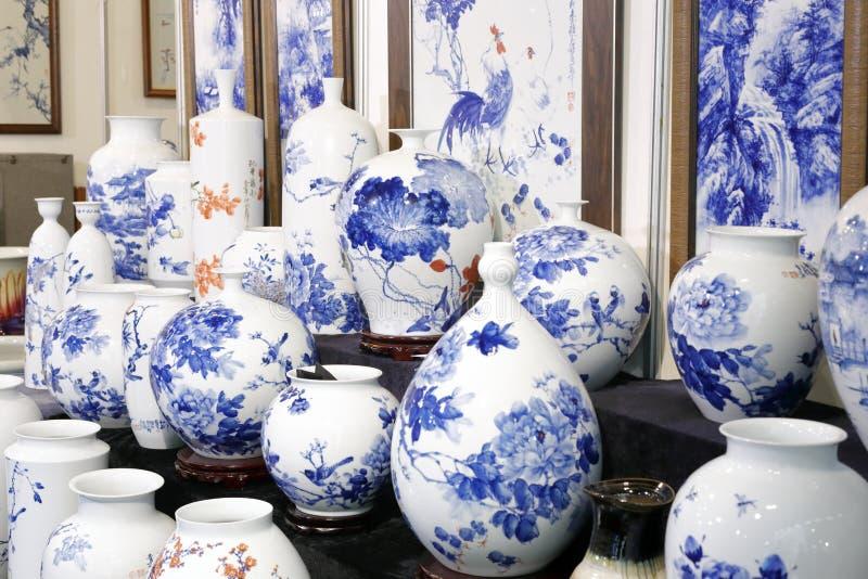 Brocca blu e bianca avanzata della porcellana, dipingente immagine stock
