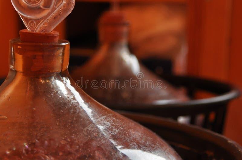 Brocca di vino Vino di produzione Fermentazione trattata fotografia stock libera da diritti
