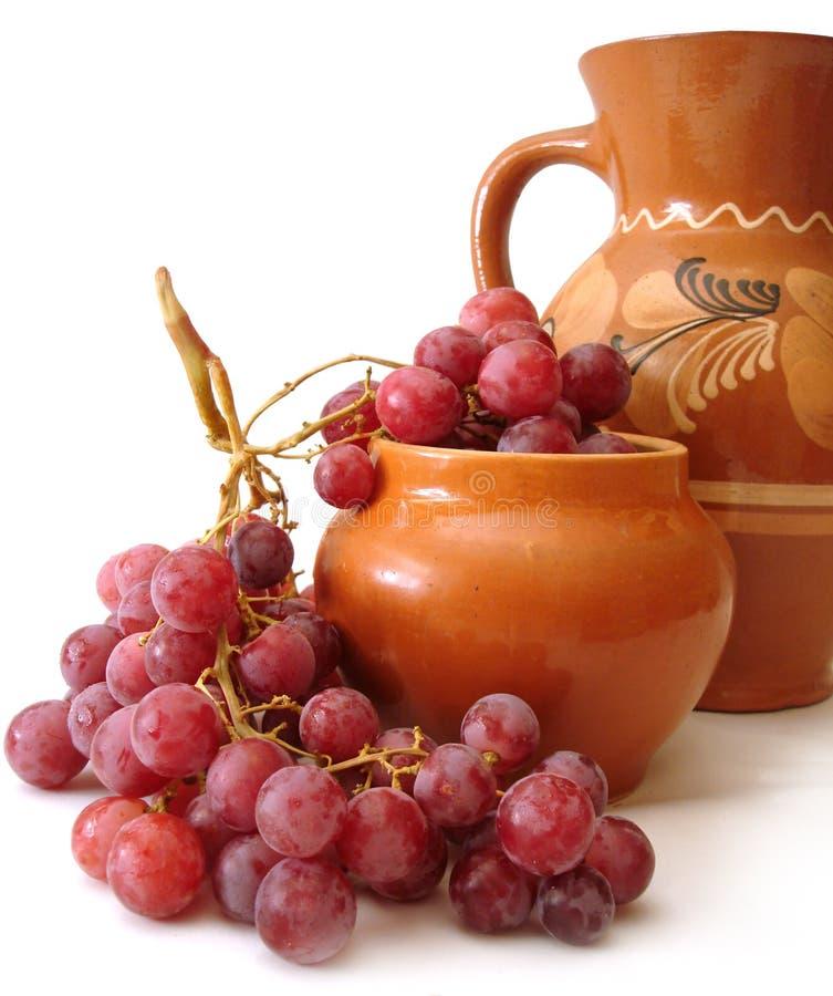 Brocca ed uva rossa immagine stock libera da diritti