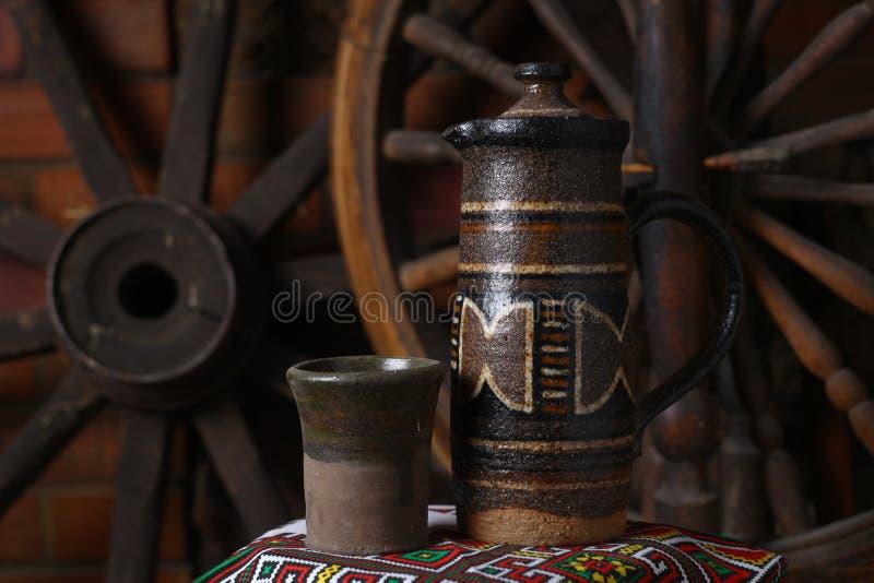 Brocca tradizionale di vino fotografia stock libera da diritti