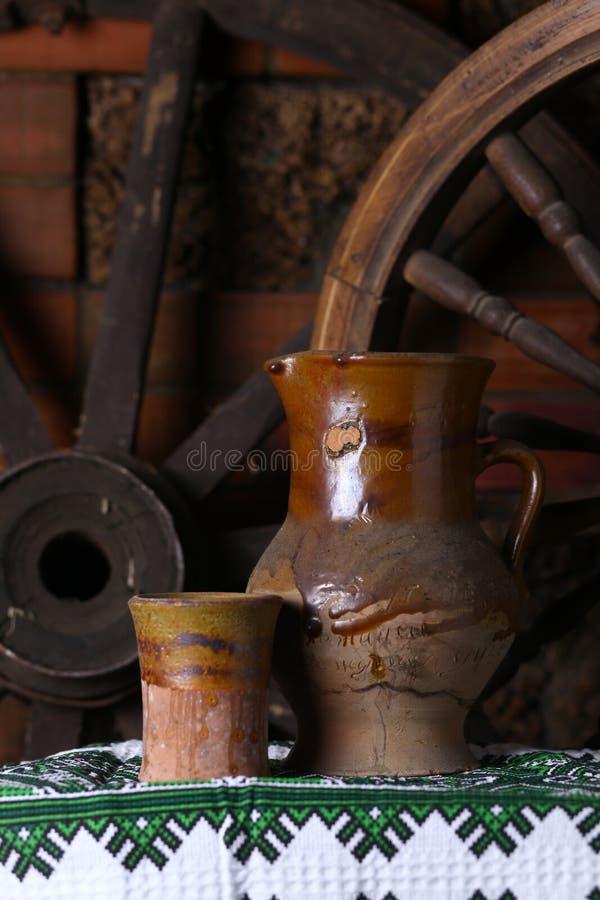 Brocca tradizionale di vino immagine stock