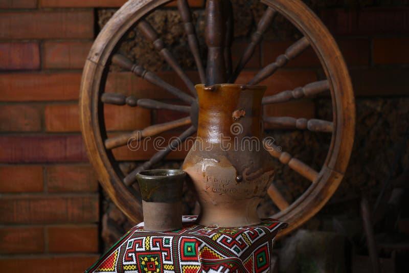 Brocca tradizionale di vino fotografie stock