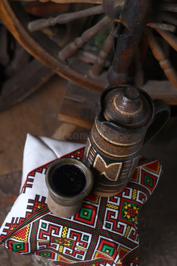Brocca tradizionale di vino immagini stock