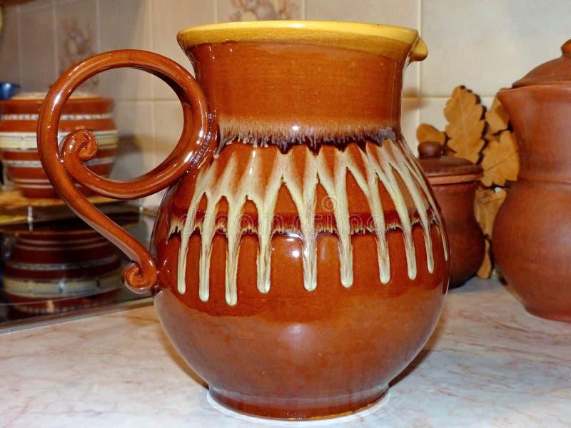 Brocche ceramiche per latte, birra, acqua Ceramica di Latgalian Brocca o tazza di Kruze-a, la maggior parte del usato spesso per  fotografia stock libera da diritti