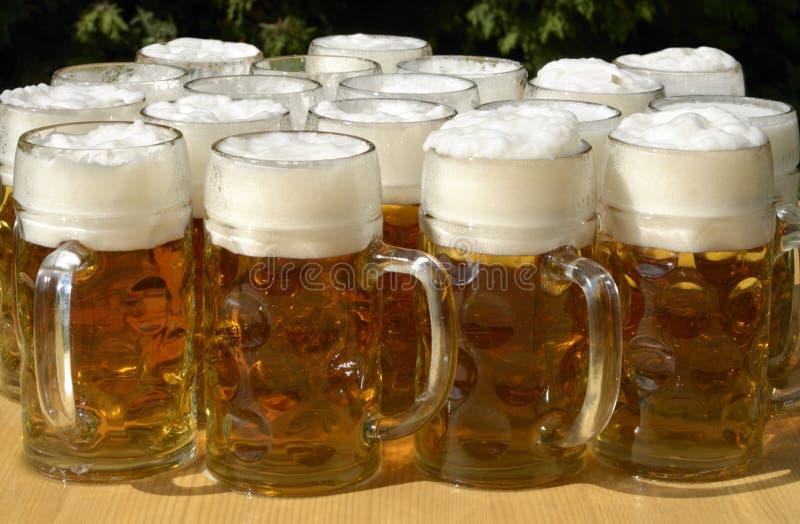 Brocche della birra nel giardino della birra del sommer immagini stock libere da diritti