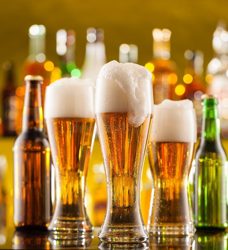 Brocche di birra servite sul contatore della barra immagine stock libera da diritti