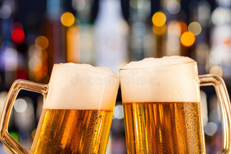 Brocche di birra servite sul contatore della barra fotografia stock
