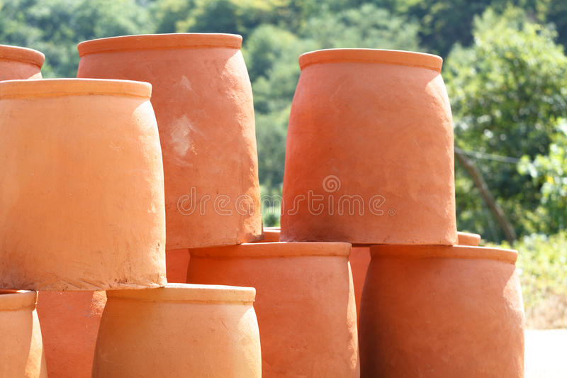 Brocche georgiane per la fabbricazione del kvevri del vino immagini stock