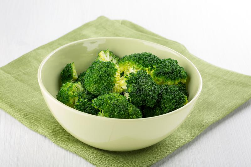 Broccol bollito in una ciotola fotografia stock