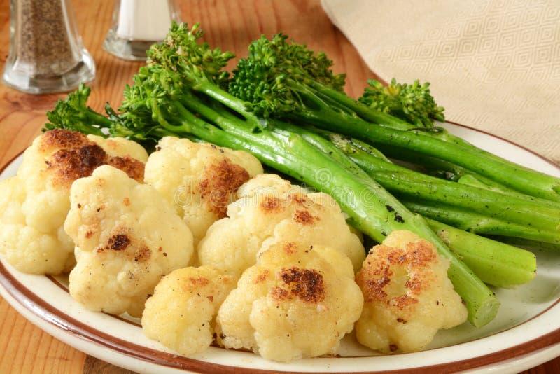 Broccoli arrostiti e cavolfiore fotografia stock libera da diritti