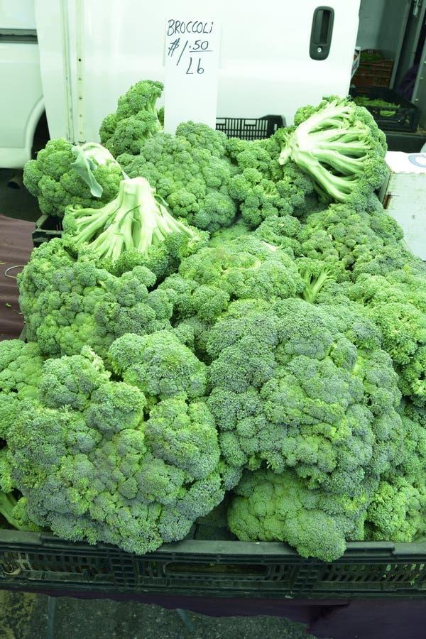 Broccoli bij de lokale landbouwersmarkt, geen pesticiden stock afbeelding