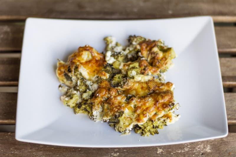 Broccoli con formaggio al forno nel forno fotografia stock