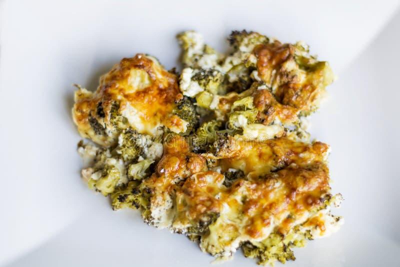 Broccoli con formaggio al forno nel forno immagine stock
