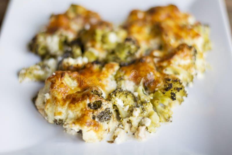 Broccoli con formaggio al forno nel forno fotografie stock libere da diritti